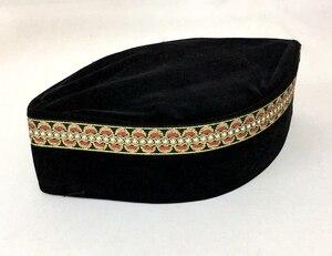 Image 1 - 4 sztuk/worek (szczegóły wyboru prezentu) muzułmańskich mężczyzn Cap Turban czarny islamski kapelusz (ozdobna granica losowo) Pleuche może mieszać rozmiary