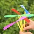 10 PÇS/LOTE Libélula Plástico Mini Giro Helicóptero Voando Helicóptero Das Crianças Das Crianças do Presente do Divertimento Brinquedo