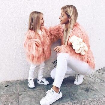 Otoño Invierno familia juego ropa de la hija de la madre de piel de borlas abrigo espesar abrigo mamá niñas chaquetas iguales 4XL