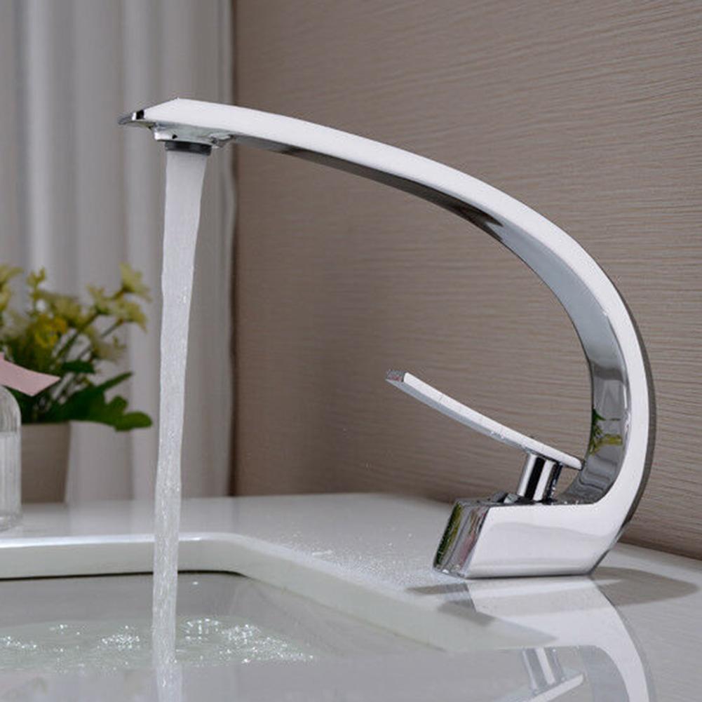 Élégant accueil salle de bains lavabo coude conception chaude eau froide robinet en métal robinet de bain luminaire vanité navire éviers mélangeur robinets outil