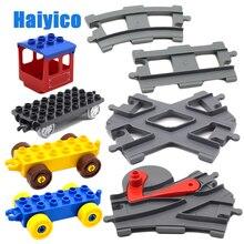Toplu demiryolu çapraz tren parça büyük yapı taşları ile uyumlu Duplo klasik araba aksesuarları setleri tuğla parçaları DIY bebek oyuncakları