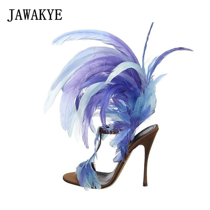 JAWAKYE Unique design Bleu Plume Femmes Sandales T sangle Sexy Club Party Gladiateur Sandales Femme Grande fourrure Croix Haute Talons chaussures