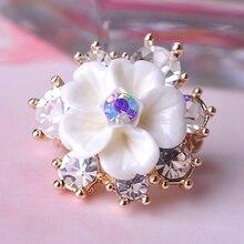 Nueva moda lechosa blanca de flores broche para mujeres camiseta del banquete de boda decoraciones oro Rhinestone pequeños broches Pin Up
