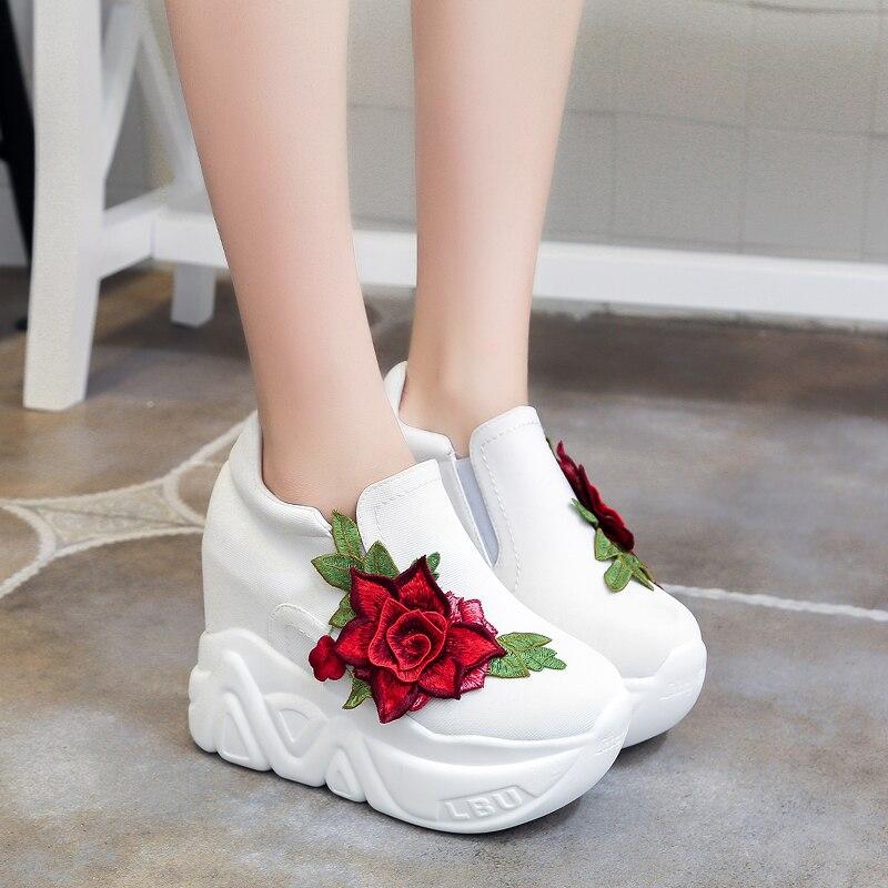 Nuovo 2018 Cunei Degli Alti Talloni Delle Signore Casual Scarpe vulcanize  Donne slip on pattini della piattaforma femminile chaussure femme rosso  fiori 35 ... 2322b012fed