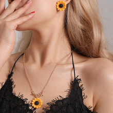 European and American hot items Pearl Sun Flower Necklace Earrings Set Women Temperament fashion sunflower set european american jewelry fashion temperament sun flower necklace women creative all round pearl sunflower pendant necklaces