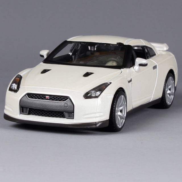 Maisto 1:24 Nissan GTR Sports Car White Diecast Model Car Toy New In Box
