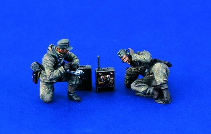 1:35 German WWII Radio Team