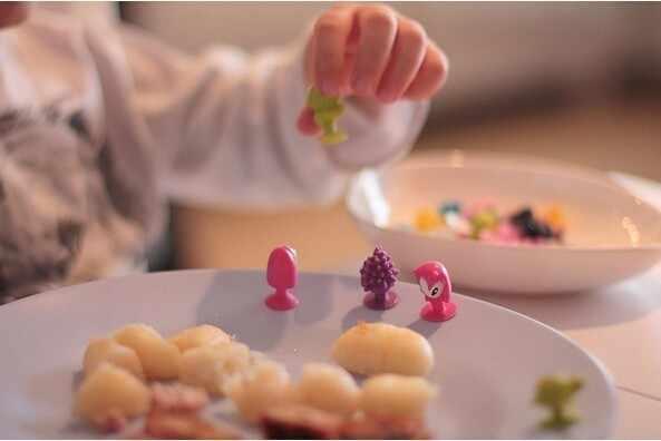 20 pçs/lote bom Cúpula crianças Animal Dos Desenhos Animados Otário brinquedos Figuras de Ação crianças Mini Copo de Sucção Coletor Capsule modelo GYH