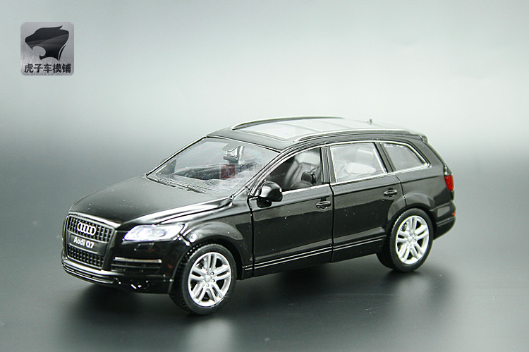 1:32 Audi Q7 alloy simulation car model toys sound and light back to the three children open toy car
