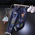 2017 весна осень джинсы мультфильм лоскутное pattern детские мальчики девочки джинсовые отверстия голубые случайные джинсы дети модная одежда 2-7 Т