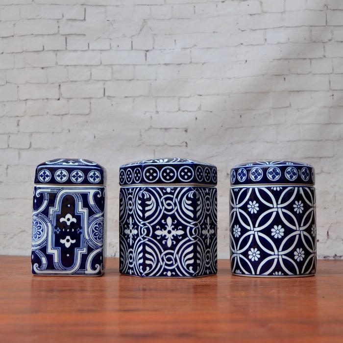Tao Caicai new Chinese blue and white porcelain jar with lid small porcelain jar storage jar deep blue home decoration
