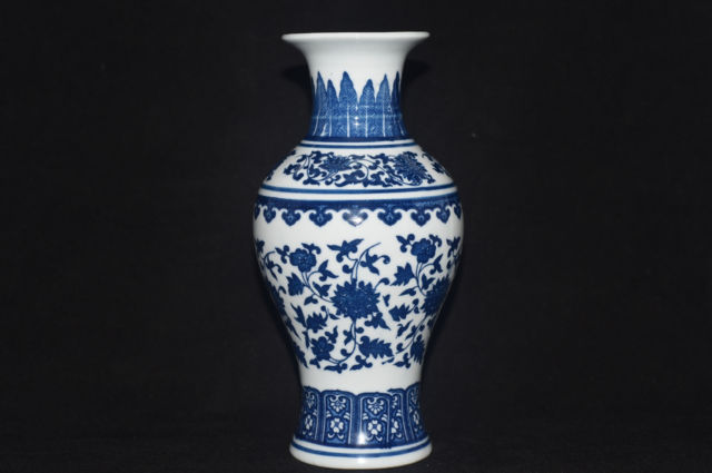 Exquisite China Hand Painted flower Blue and White Porcelain vase Qianlong Mark