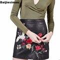 2017 Europeo de Primavera de Las Mujeres Del Bordado Floral Bird Patrón de Imitación de Cuero de La Pu Falda de Las Mujeres de Cintura Alta Sexy Streetwear Faldas Del A-line