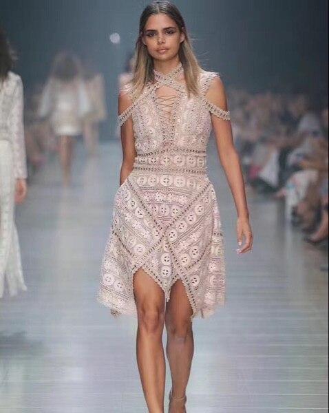 Haute qualité élégante dentelle licou Mini robe Sexy femmes boîte de nuit corps con évider sans manches sans manches Rivet robes de soirée