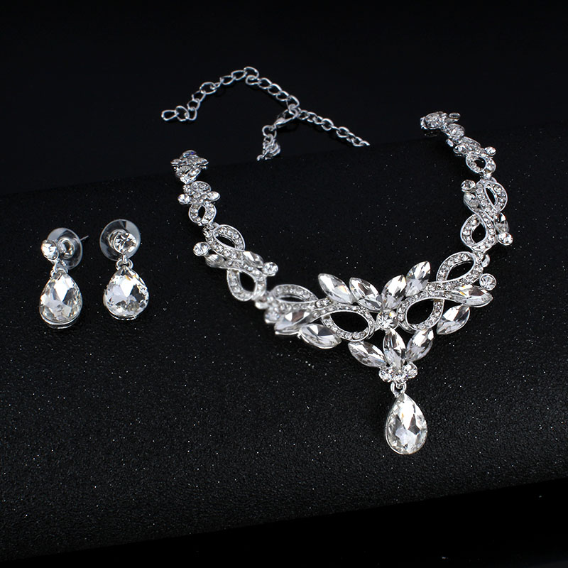 Fashion Woman's Set: Necklace & Earrings