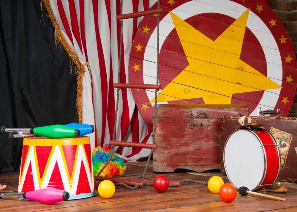 Dephoto bebê crianças aniversário circo festa pano de fundo branco vermelho listrado cortinas mala piso madeira crianças fundo fotografia