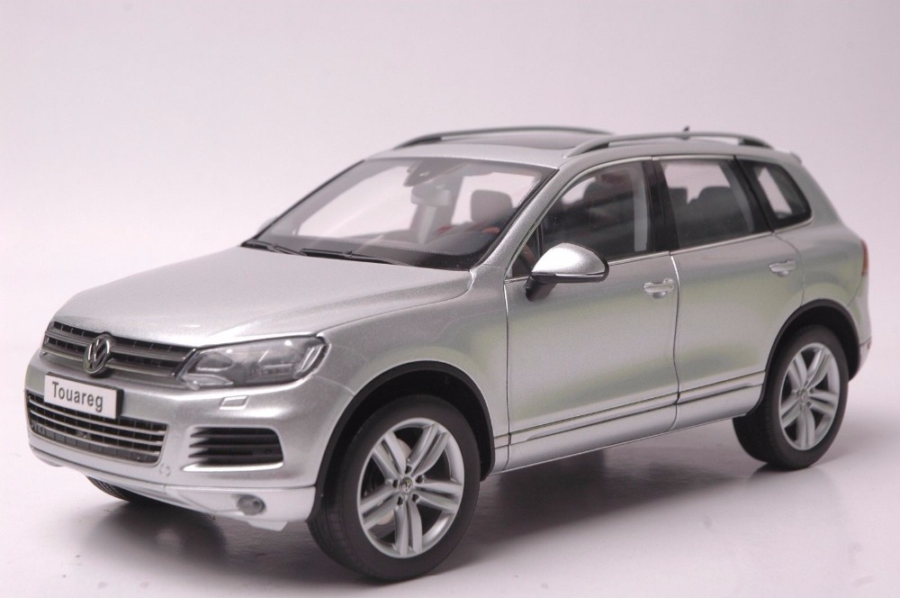 1:18 Diecast Model for Volkswagen VW Touareg 2010 Silver SUV Alloy Toy Car Miniature Collection Gifts T2 1 18 vw volkswagen teramont suv diecast metal suv car model toy gift hobby collection silver