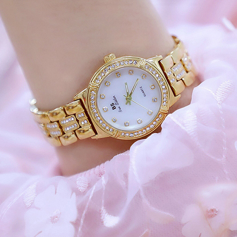 Аристократичность таких часов подчеркивает благородный металл, а также россыпь самоцветов.