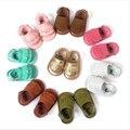 2017 nuevos diseños de la venta caliente floral double borla pu de cuero mocasines bebé niño niñas sandalias de verano zapatillas de deporte zapatos infantiles