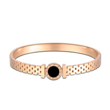 d912f4cf5215 JeeMango acrílico negro clásico letra romana brazaletes de acero de titanio  pulseras Vintage hueco mujeres brazalete joyería B17.