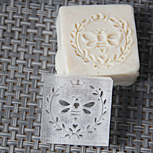 цены free shipping natural handmade acrylic soap seal stamp mold chapter mini diy bee patterns organic glass 4X4cm 0307