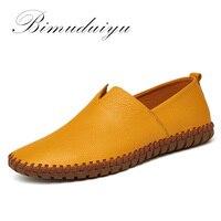 Oferta BIMUDUIYU zapatos de conducción para hombre mocasines de cuero genuino zapatos de moda hechos a mano suaves transpirables mocasines planos deslizantes en los pies de hombre