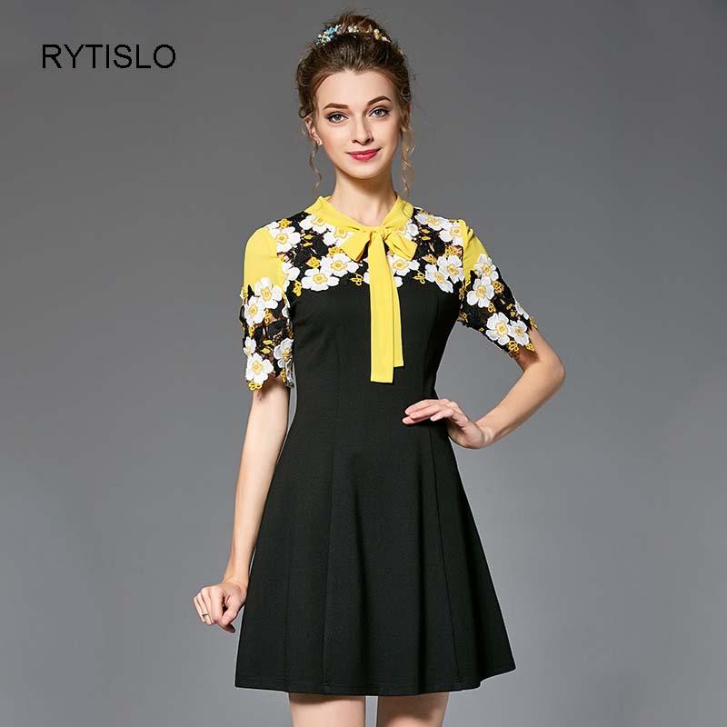 Черное платье с желтым бантом