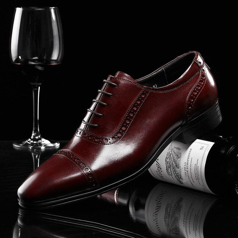 Top marka moda brokat rzeźbione biznes sukienka oryginalne skórzane buty męskie buty ślubne na co dzień biuro buty robocze męskie oksfordzie w Buty wizytowe od Buty na  Grupa 2