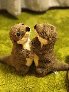 """Image 2 - 18 ס""""מ עומד נהר וטרה חיים אמיתיים גודל וטרה חיות פרווה צעצועים צעצועים בפלאש מיני למתנות יום הולדת לילדים"""
