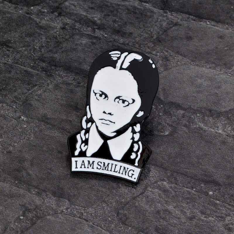 ミス Zoe アダムス家族少女スカルアバターブローチパンクレトロダークエナメルバッジブローチブラウスデニムジャケットキャップ針ギフト