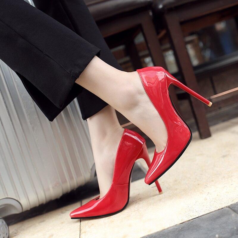 По земле на очень острых каблуках видео