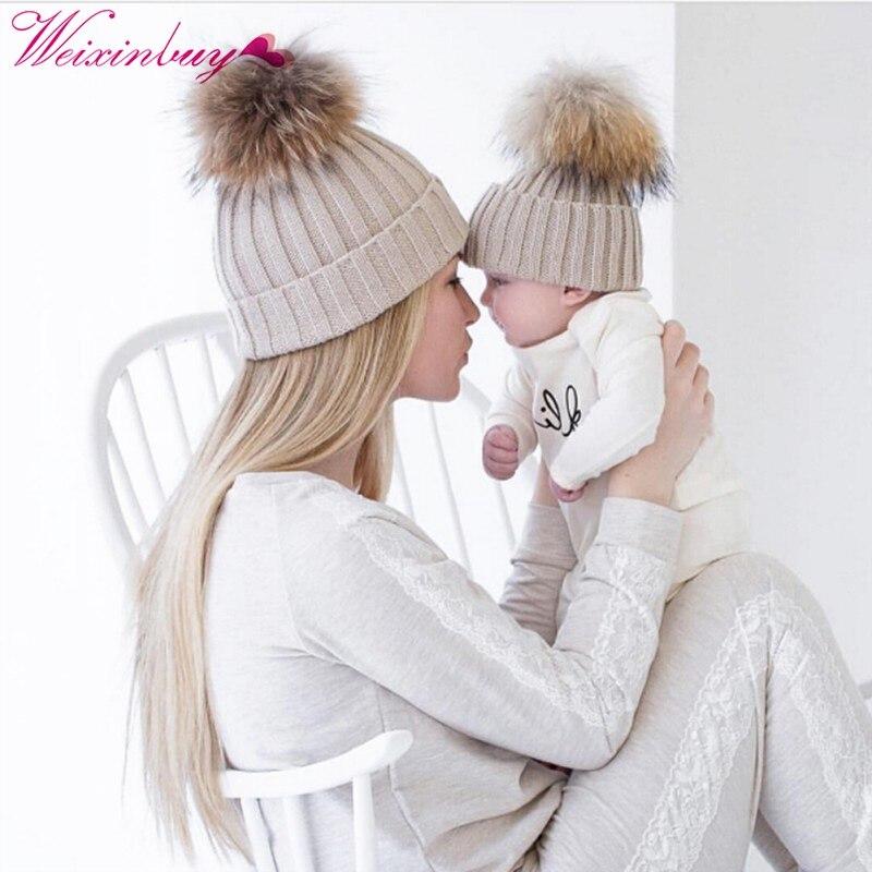 Для мамы помпоном hat для маленьких мальчиков Обувь для девочек Теплый Енот Мех животных шапочка Дети хлопок трикотажные родитель-ребенок ша...