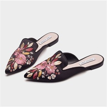 купить Women's embroidered Muller shoes 2019 summer new low-heeled lazy sandals classical satin embroidery pointed toe flat slippers по цене 1953.48 рублей
