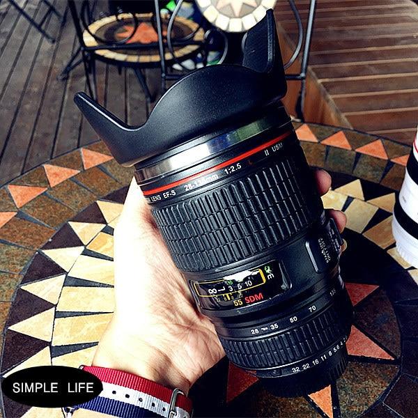 Paprasta gyvenimo kūrybinė asmenybė SLR fotoaparato objektyvo termoso puodelis, turintis nerūdijančio plieno vakuuminį kavos puodelį darbastalio biuro puodeliui