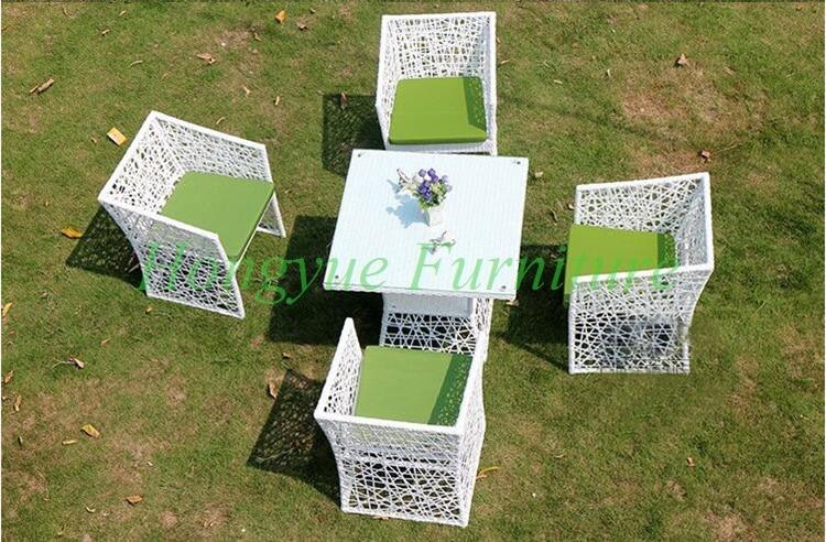 modernas mesas y sillas blancas
