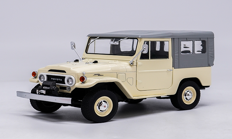 1:18 Diecast Model for Toyota Land Cruiser FJ140 1977 Beige White Alloy Toy Car Miniature Collection Gift toy car model lc200 1 18 diecast collection suv gift boy lc100 white green land cruiser original high simulation alloy