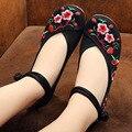 Novas Mulheres Florais Sapatos Bordados Estilo Chinês Mary Janes Flats Casual Vermelho + Preto Azul Velha Pequim sapatos de dança de Sola Macia Sapatos de pano
