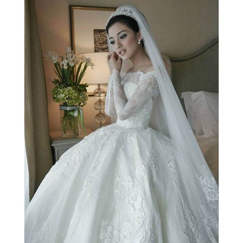 2017 Luxury Winter Wedding Dress Boat Neck With Sheer Lace