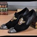 Nuevo Estilo Británico de Los Hombres Zapatos de Gamuza con la Mano de la Puntada Bordado Oro Hombres Holgazanes Del Partido Zapatos de Vestir de Negocios Para Hombre de Pisos