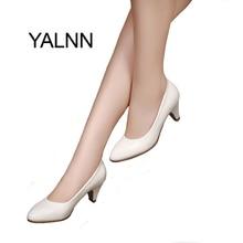 YALNN 女性の Med かかと新しい高品質の靴クラシックブラック & ホワイトオフィスの女性の靴のための靴パンプス