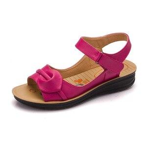 Image 5 - Mütter Plattform Sandalen Sommer Flache Schuhe Frau Runde Kappe Mode Keile Weibliche Mama Flache Sandale Damen Casual Schuhe