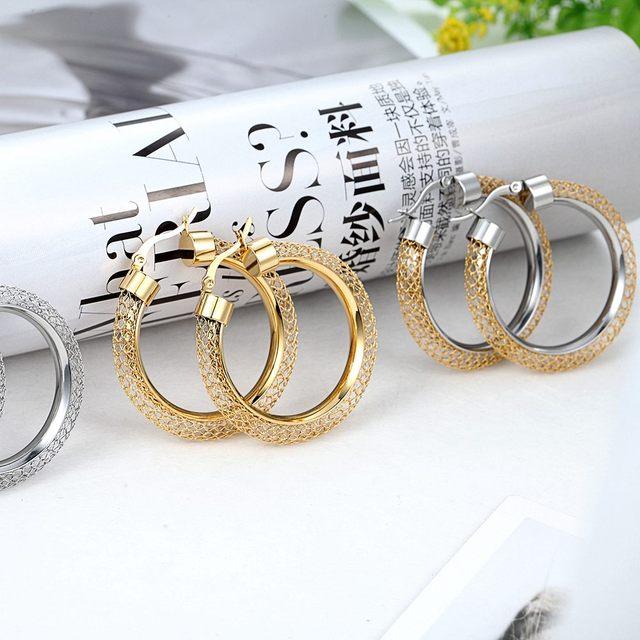 женские ажурные серьги кольца модные брендовые золотого цвета фотография