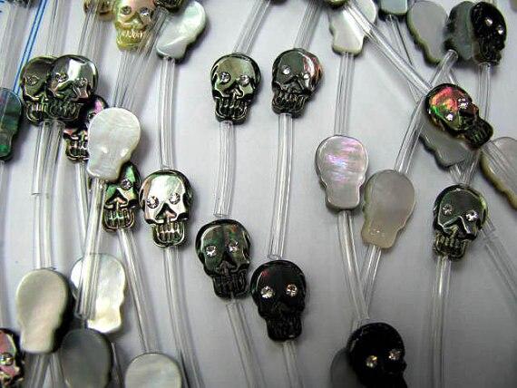 Perle de coquille de crâne 2 brins 15charm17mm haute qualité véritable coquille de vadrouille, blanc noir rouge Halloween sculpté perles - 2
