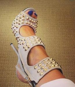 Летние Брендовые женские короткие сандалии с заклепками и острым носком, на молнии, с острым носком, вечерние
