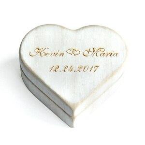 Image 3 - Vintage Beyaz Kalp Alyans Kutusu, Kişiselleştirilmiş Ahşap Düğün Halka Yastık Kutusu, Rustik Düğün Yüzük Tutucu Kutusu