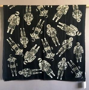 Image 1 - טהור קשמיר צעיף נשים מעצב יוקרה מותג אסטרונאוט צעיפי בנדנות צעיפי כורכת חורף סתיו חם Femme צעיף 110*200