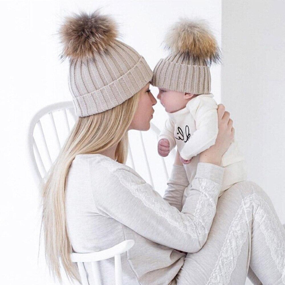 74e6c45379f1 2 PCS Mère Enfants Renard Fourrure Pompon Chapeau D hiver Femmes Bébé Pom chapeau  Crochet Ski Cap Bonnets Skullies Tricoté Gorros Bonnet Touca W2