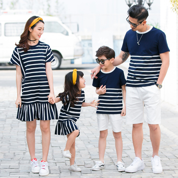 a1f60cfd6 Ropa de aspecto familiar a rayas para padre madre hija hijo verano Camisetas  y pantalones para papá y niño vestido para mamá y La chica