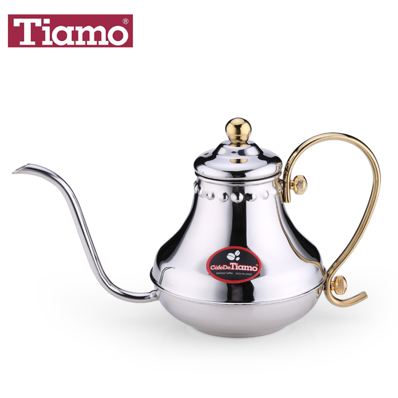Tiamo's hand is a pot of coffee pot, stainless steel pot , water kettle