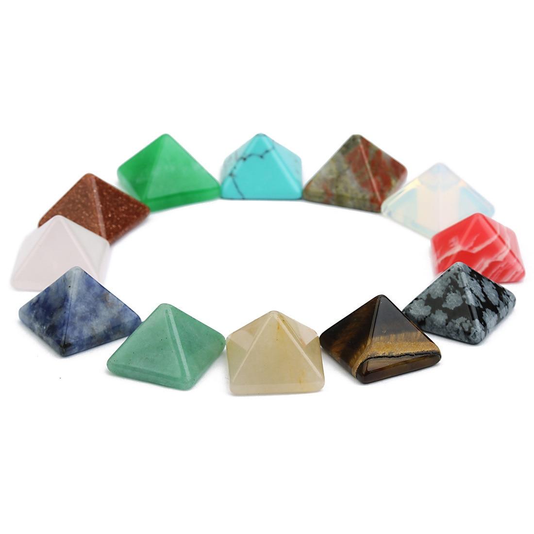 Lot de pyramides en pierres semi précieuses et cristaux, disposés en cercle